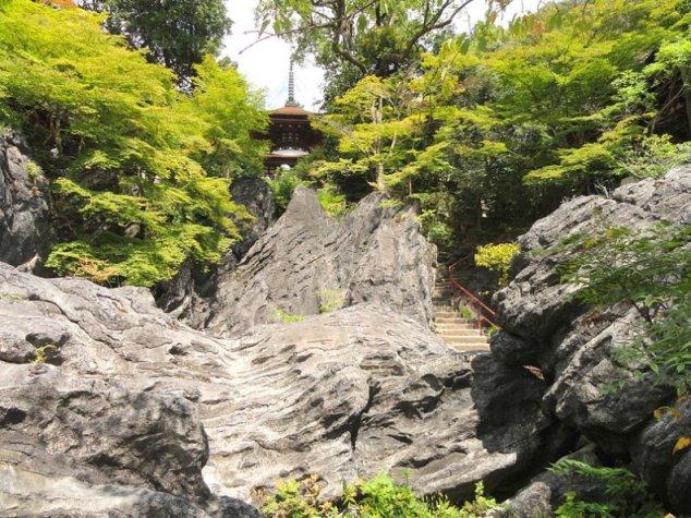Wollastonite_Ishiyamadera_stairs_Daderot_commons_7c