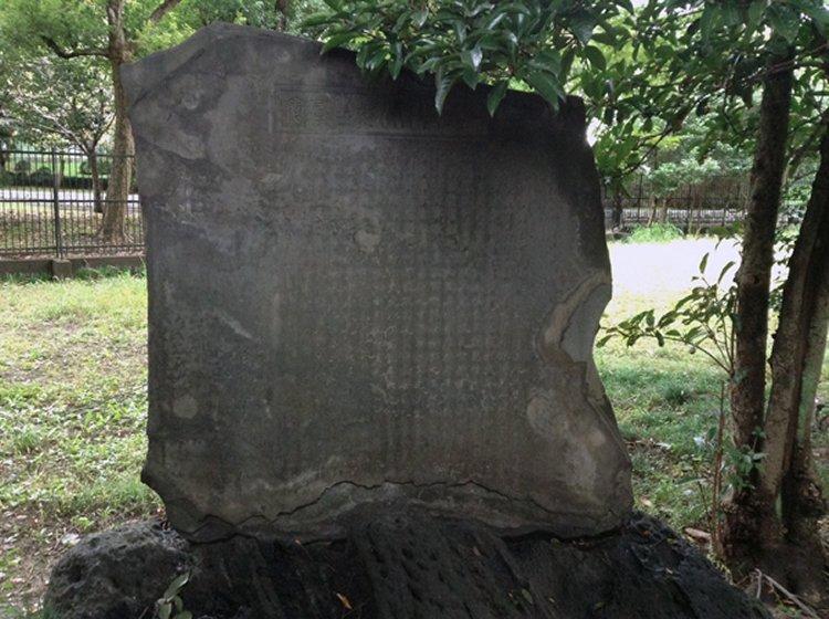 Possible_Kuniyoshi_memorial_stone_Mimeguri_7b